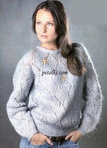 Пушистый пуловер с узором из ромбов